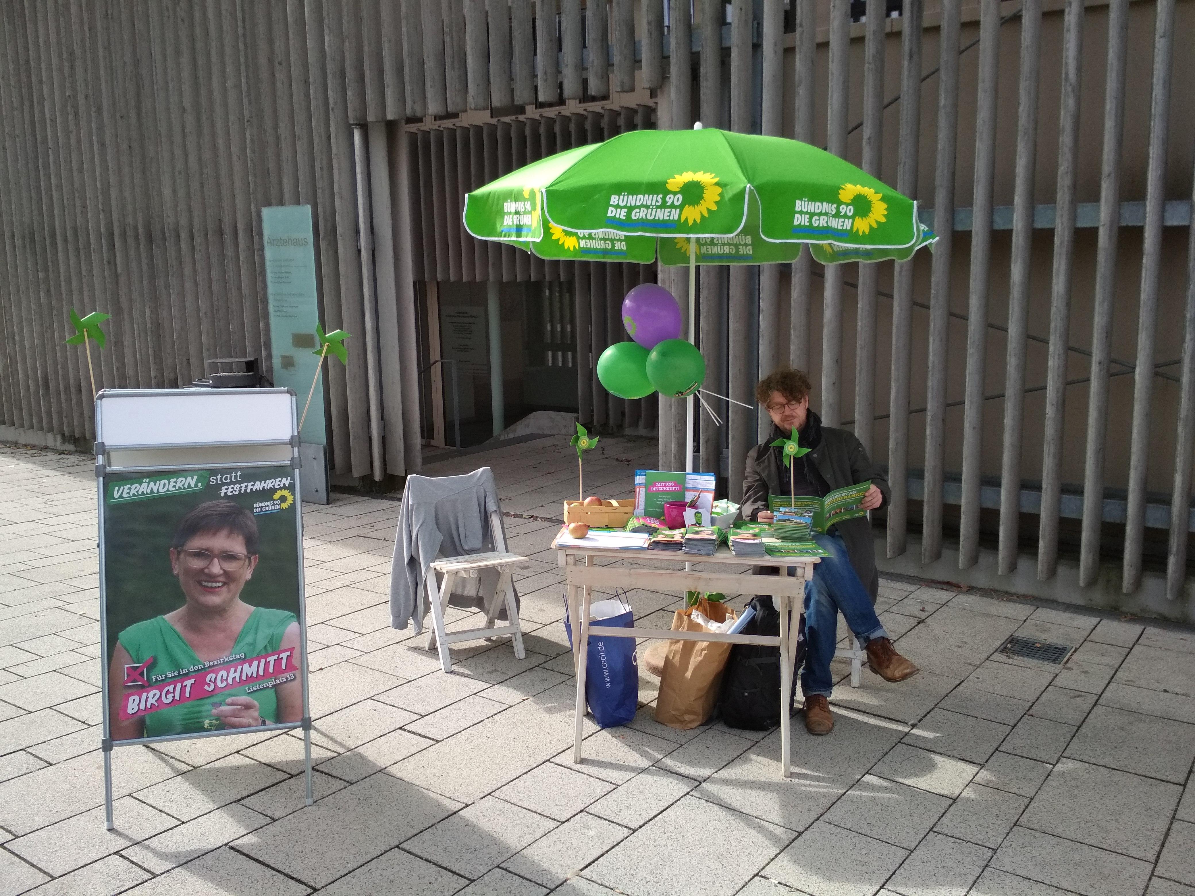 Marktgemeinderat Matthias Reimers am Wahlkampfstand