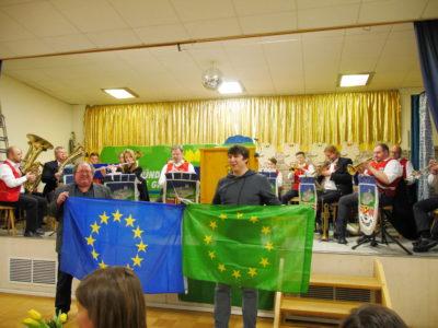 Kreisrat Walter Rachle und Kreissprecher Johannes Weiß beim Singen der Europahymne